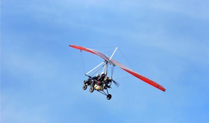 Trike Rundflug unter blauem Himmel