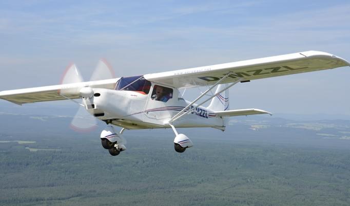 Flug im weißen Flugzeug