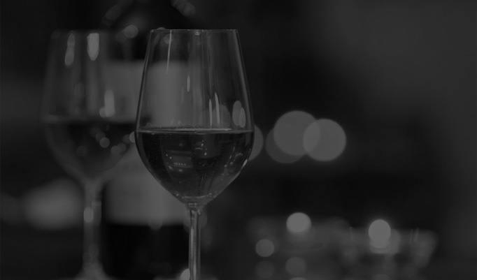 Weingläser im Dunkeln