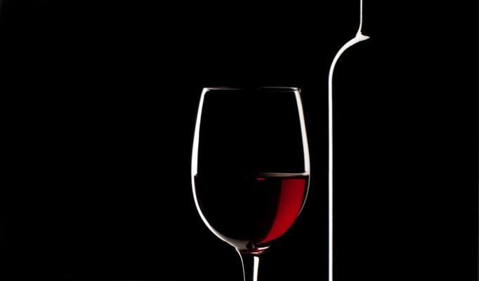 Weinglas im Dunkeln