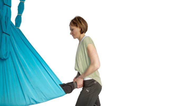 Schwebendes Aerial Yoga im Tuch