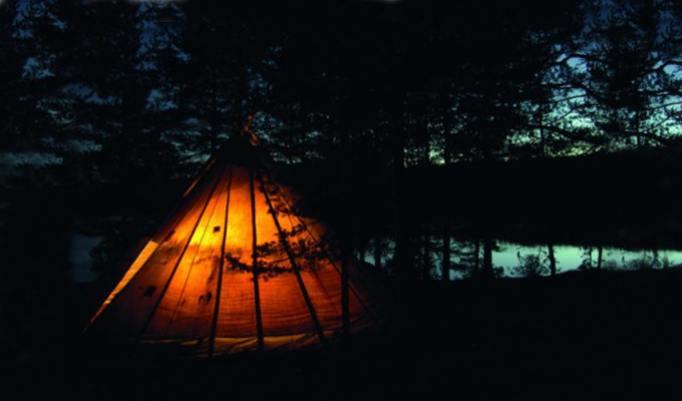 Zelt im Dunkeln aufgeschlagen