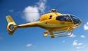Gelber Hubschrauber fliegt
