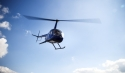 Blauer Hubschrauber unter blauem Himmel
