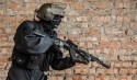 SWAT Officer mit Maschinengewehr