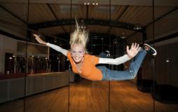 Mädchen beim Indoor Skydivign