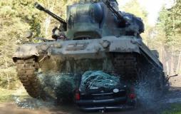 panzer fahren mit car crashing in Fürstenau