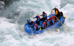 Pushen Sie Ihren Adrenalinspiegel in sicherer Umgebung mit erfahrenen Bootsführern und robusten Booten. Das Rafting findet in Bayern, an der Grenze zu Österreich, statt.