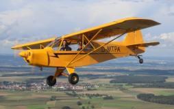 Rundflug im gelben Flugzeug