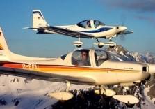 Zwei Flugzeuge beim Alpenrundflug