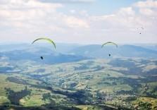 Gleitschirm fliegen über traumhafter Landschaft