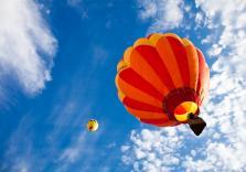 Ballonfahrt mit blauem Himmel