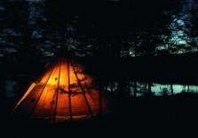 Zelt im Dunkeln beim Survival Weekend